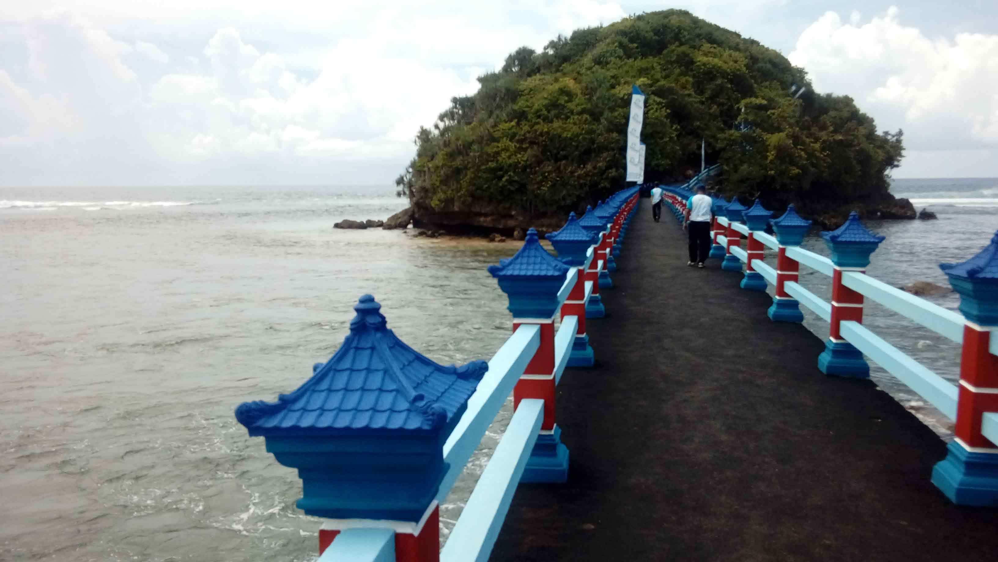 Jembatan Hanoman Ikon Wisata Pantai Balekambang Malang Menghubungkan Panjang Pulau