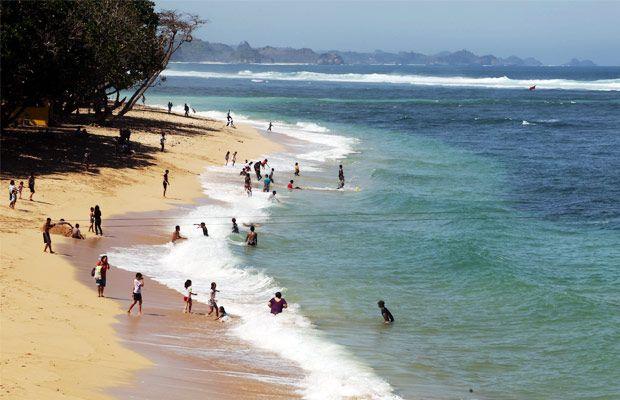 Malang Tourism Fasilitas Lengkap Pengunjung Pantai Balekambang Kabupaten Foto Rully