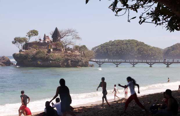 Malang Tourism Pantai Balekambang Manjakan Wisatawan Flying Foto Rully Jatimtimes