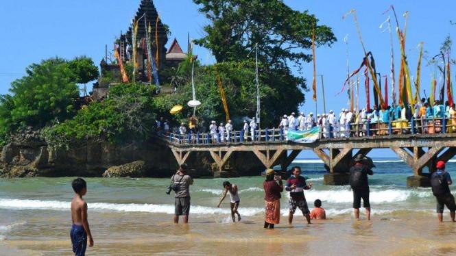 Pantai Balekambang Pulau Dewata Kota Malang Viva Image Title Photo