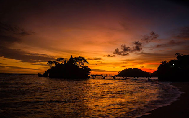 Pantai Menyuguhkan Pemandangan Sunset Indah Balekambang Kab Malang