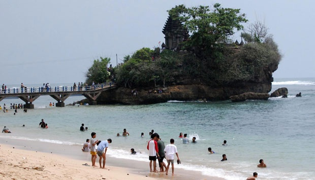 Puluhan Wisatawan Pantai Balekambang Diserang Ubur Kecamatan Bantur Kabupaten Malang