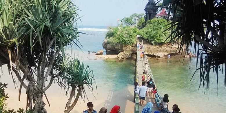 Religi Keelokan Pantai Balekambang Kompas Sejumlah Wisatawan Menikmati Suasana Kecamatan