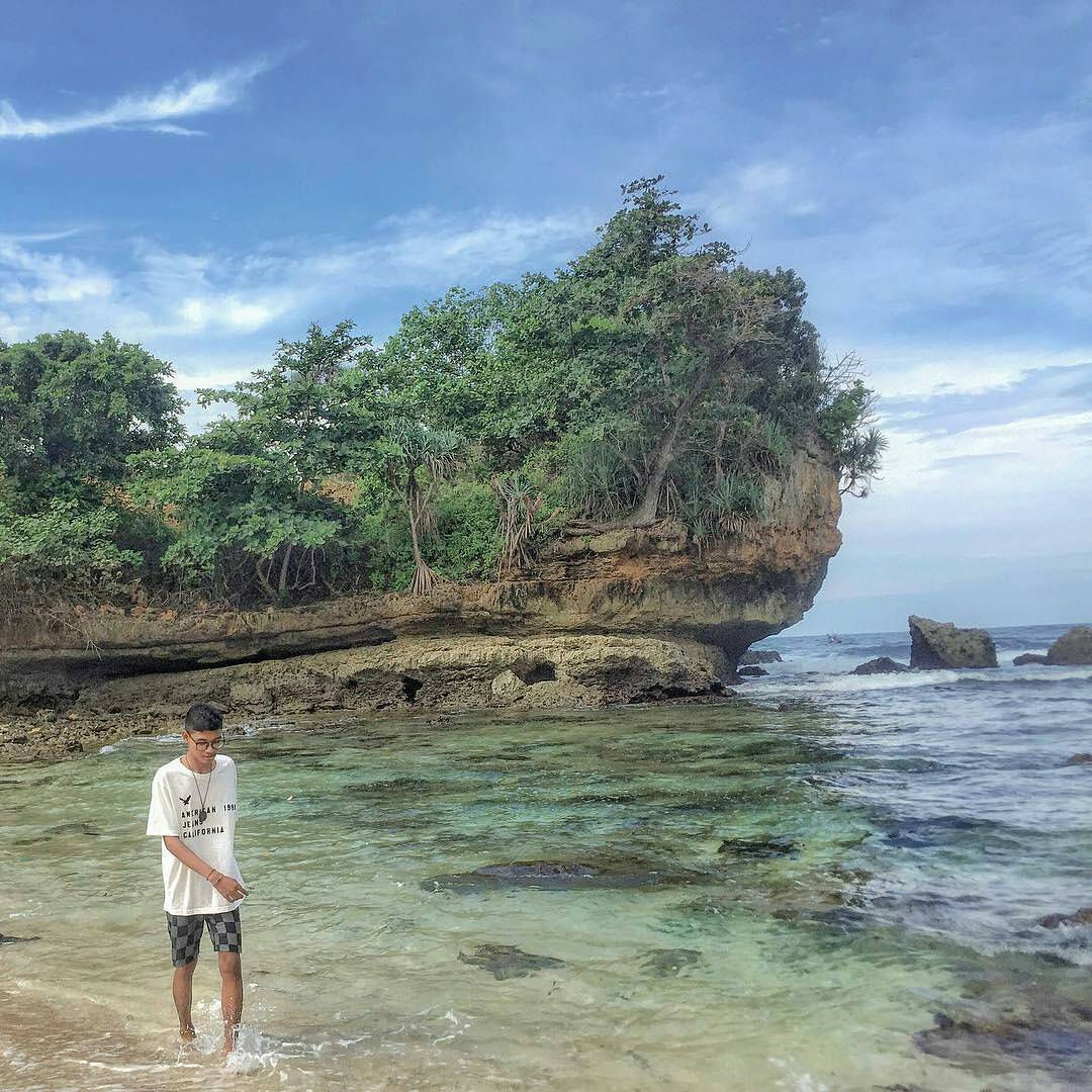 12 Bukti Instageniknya Pantai Batu Bengkung Malang Air Bening Kabupaten