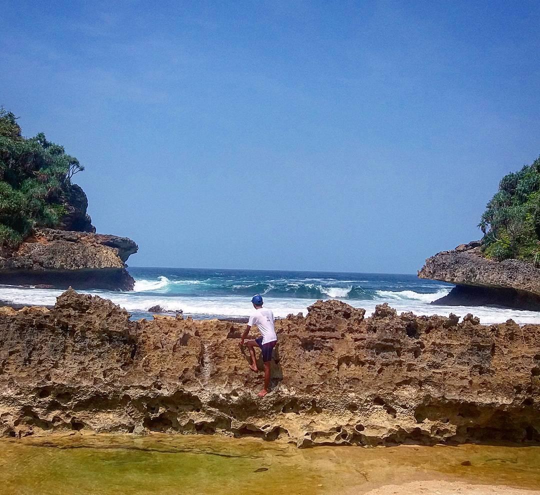 12 Bukti Instageniknya Pantai Batu Bengkung Malang Karang Pagar Melengkung