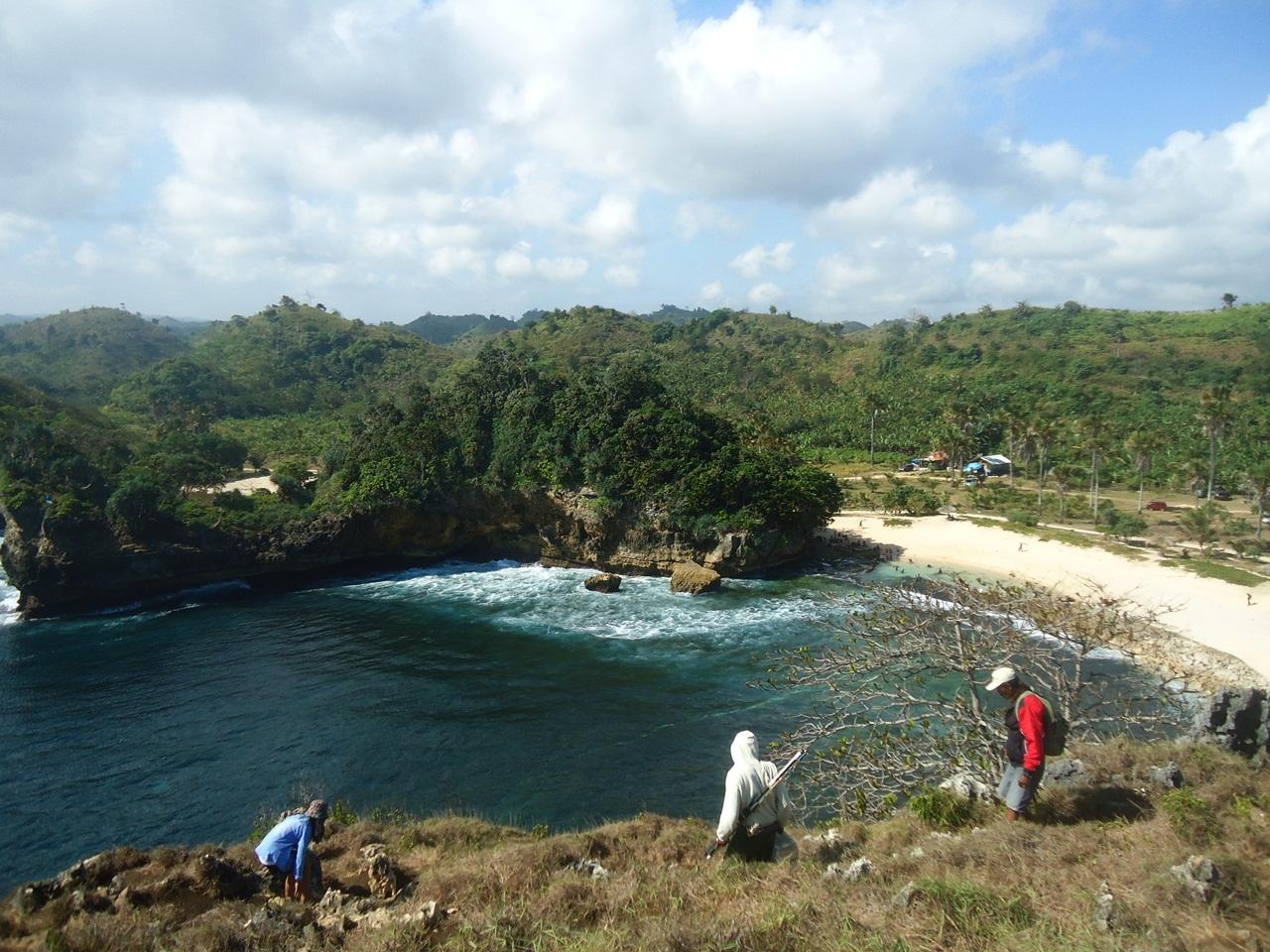 Mendaki Tebing Karang Pantai Batu Bengkung Ngalam Menuruni Feryarifian Blogspot