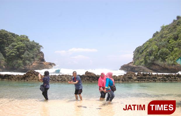 Wisata Batu Bengkung Primadona Pantai Kabupaten Malang Pengunjung Bermain Air