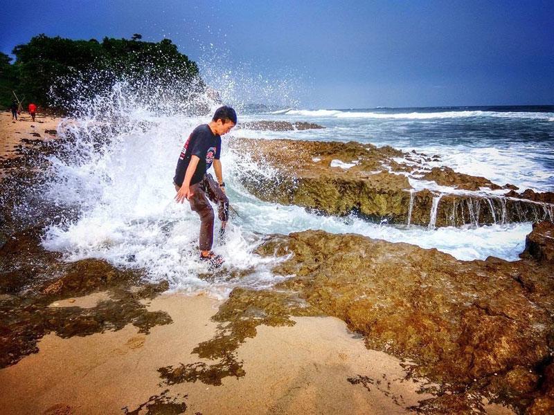 15 Pantai Tersembunyi Malang Benar Unik Indah Bisa Naik Tebing