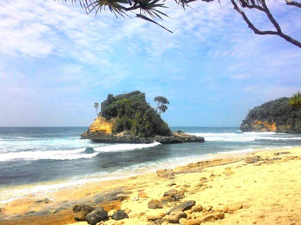 20 Wisata Pantai Malang Wajib Dikunjungi Jonggring Saloko Kab