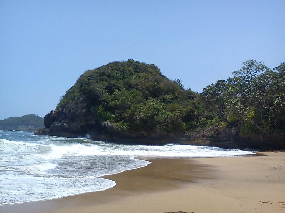Cantiknya Pantai Jonggring Saloko Sunday Motorent Pasir Hitam Kab Malang