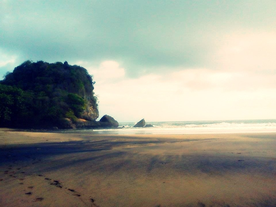 Cantiknya Pantai Jonggring Saloko Sunday Motorent Senja Mendung Kab Malang