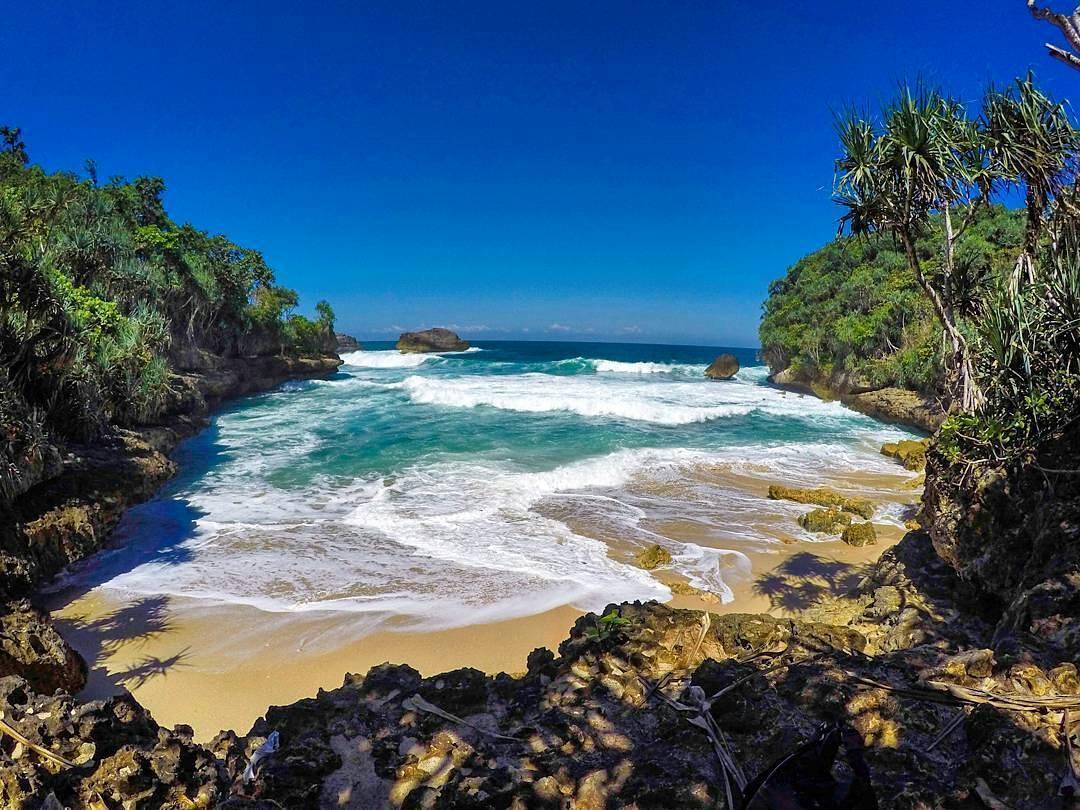 6 Pantai Favorit Generasi Milenial Malang Teluk Putri Kabupaten Dolan