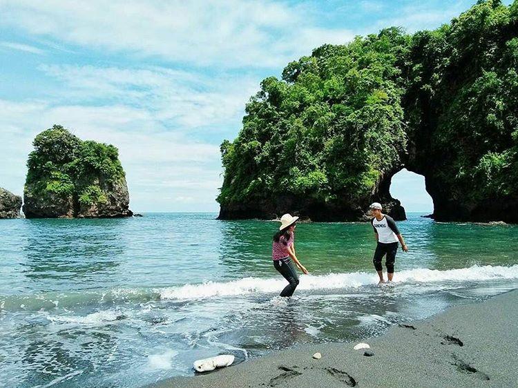 Keindahan Wisata Alam Pantai Licin Kota Malang Kejahuan Melihat Pulau