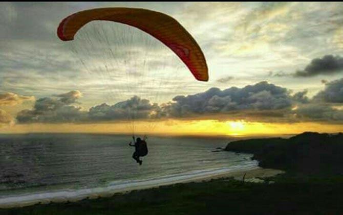 Atlet Terbang Tebing Ketinggian Mencapai 200 Meter Wisata Dirgantara Pantai
