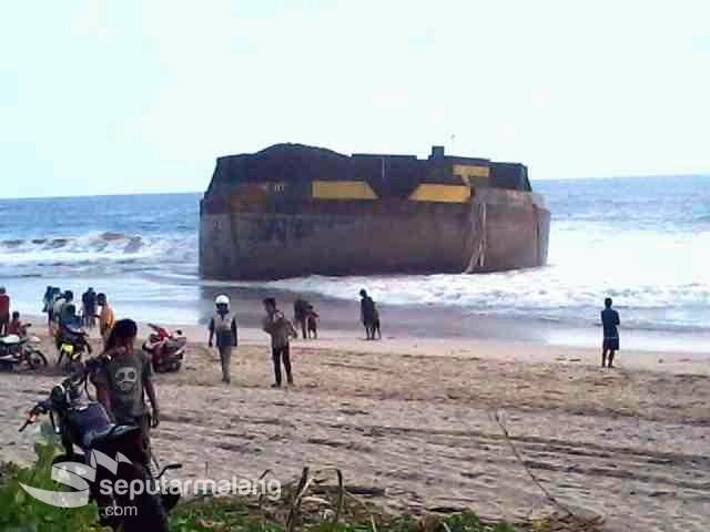 Berita Info Kapal Raksasa Terdampar Pantai Modangan Jadi Warga Berbondong