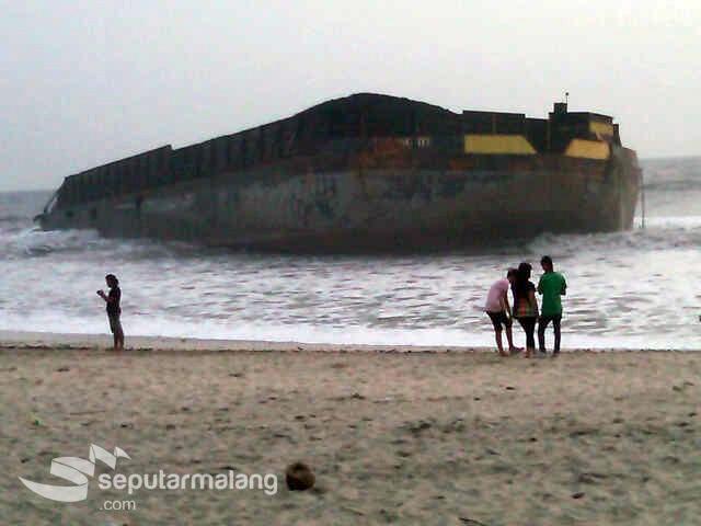 Berita Info Kapal Raksasa Terdampar Pantai Modangan Jadi Warga Mendapatkan