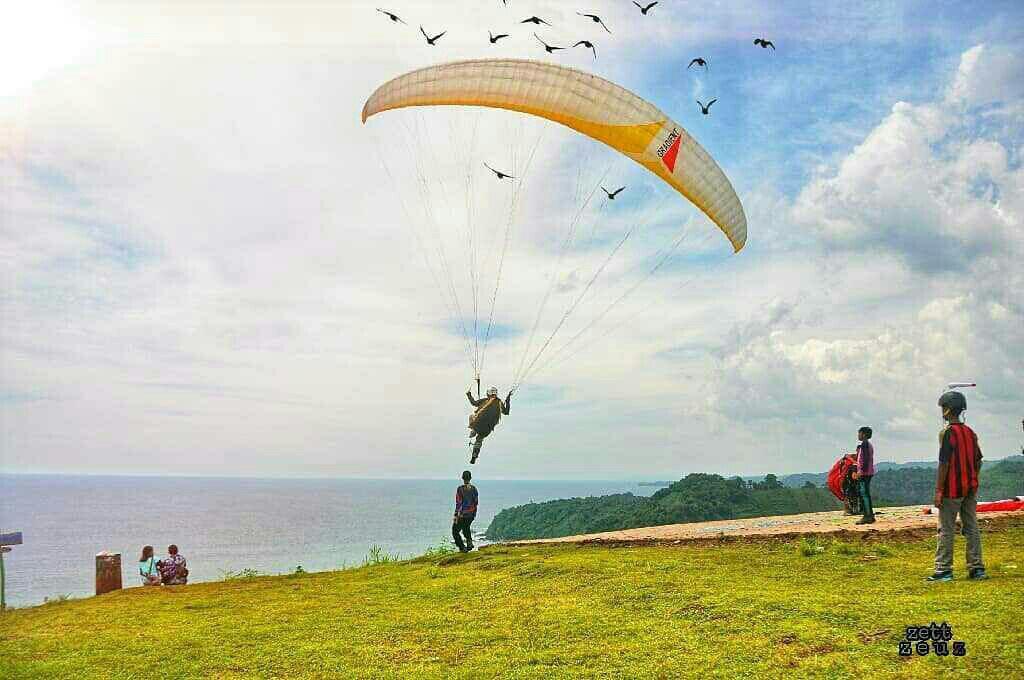 Pantai Modangan Menawarkan Sunset Spot Foto Paragliding Keren Kab Malang