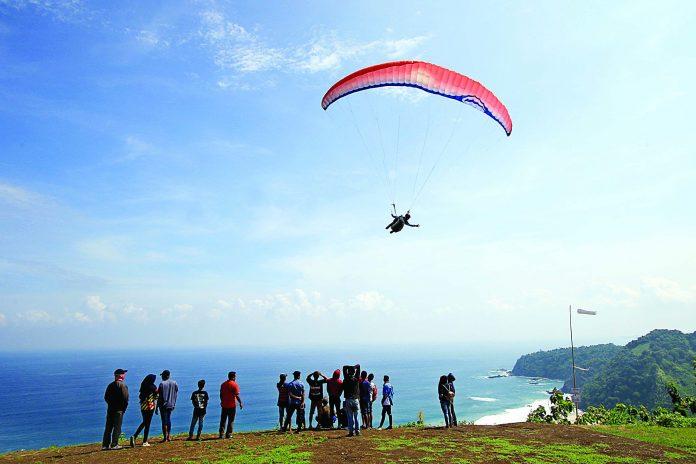 Pantai Modangan Surga Bagi Penikmat Paralayang Travel Salah Satu Atlet