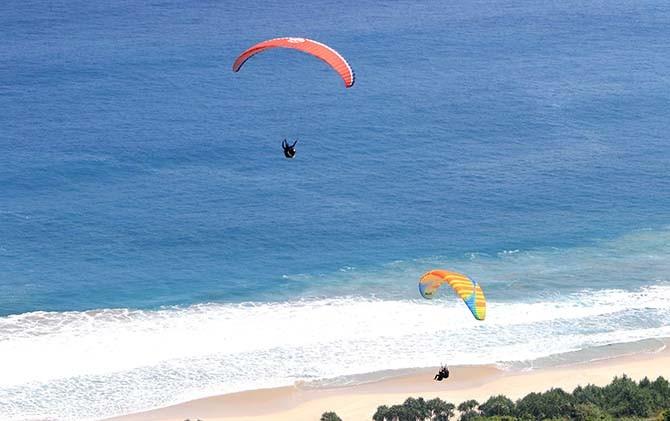 Paralayang Pantai Modangan Spot Berpemandangan Selatan Malang Kab