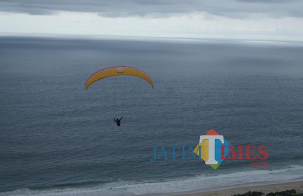Wisata 75 Atlet Paralayang Terbang Perdana Bukit Waung Atas Pantai