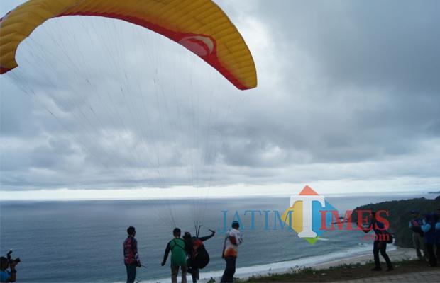Wisata 75 Atlet Paralayang Terbang Perdana Bukit Waung Diatas Pantai