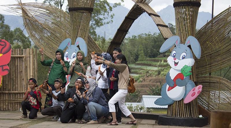 Wow Ternyata Desa Hobbit Taman Kelinci Malang Ilovemalang Net Pintu
