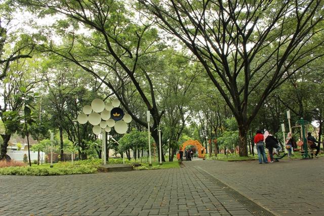 Taman Slamet Kesejukan Tengah Hiruk Kota Malang Mbois Sebuah Monumen