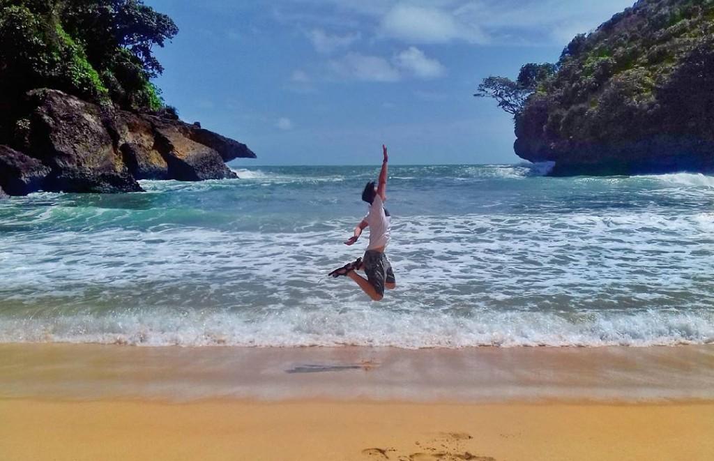 Eksotisnya Teluk Bidadari Destinasi Andalan Malang Pantai Mbehi Rindang Abadi