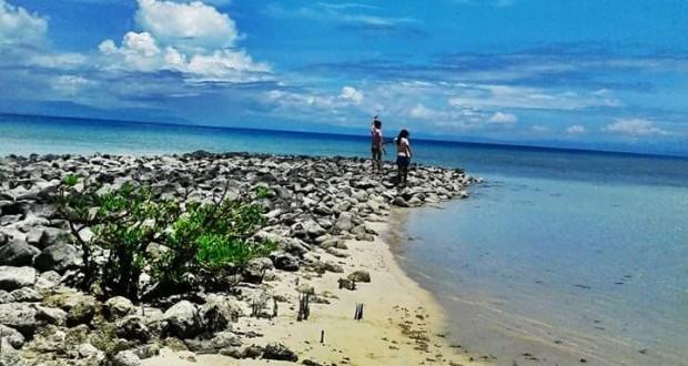 Wisatawan Lokal Menikmati Keindahan Pantai Teluk Sila Kab Maluku Tengah