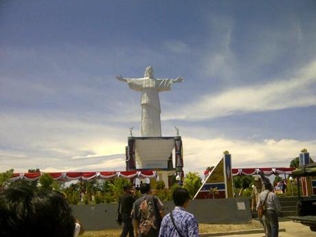 Melihat Dekat Patung Yesus Raksasa Setinggi 30 Meter Pulau Mansinam