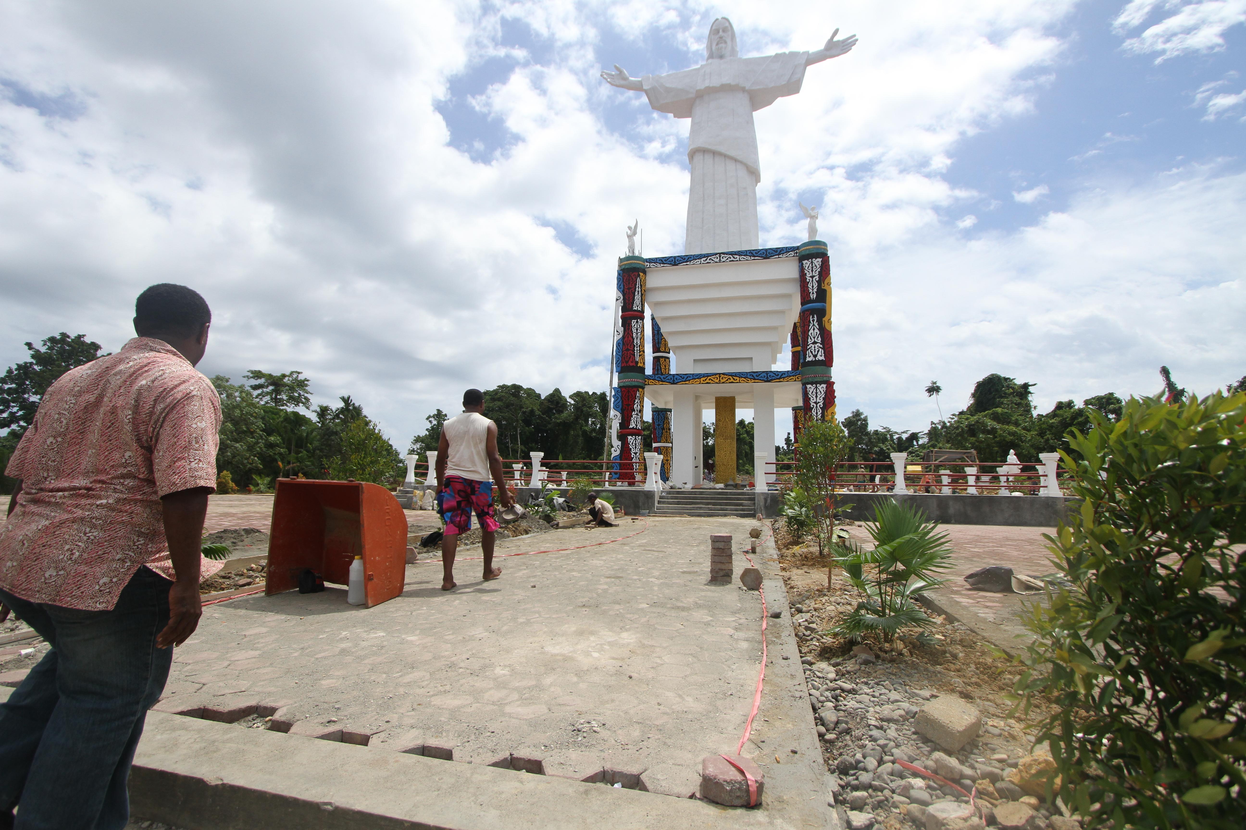 Patung Yesus Bukti Peradaban Papua Suara Pembaruan Warga Mengamati Puncak