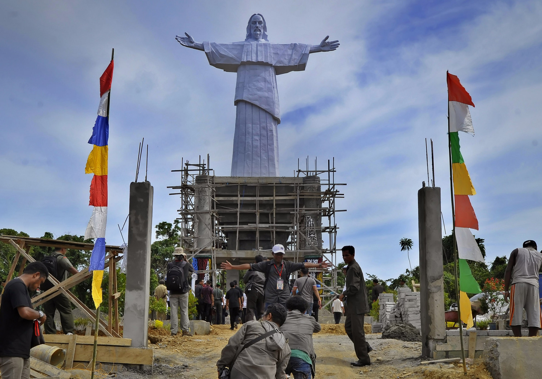 Patung Yesus Setinggi 30 Meter Puncak Pulau Mansinam Manokwari Dibangun