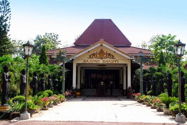 Kenali Tempat Bersejarah Halaman Depan Wihara Maha Vihara Mojopahit Kab