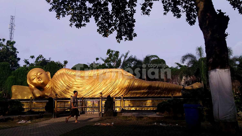 Tripnesian Mengunjugi Patung Budha Tidur Mahavihara Majapahit Pekerja Melintas Depan