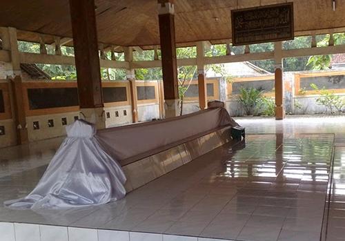 16 Tempat Wisata Mojokerto Keren Makam Troloyo Kab