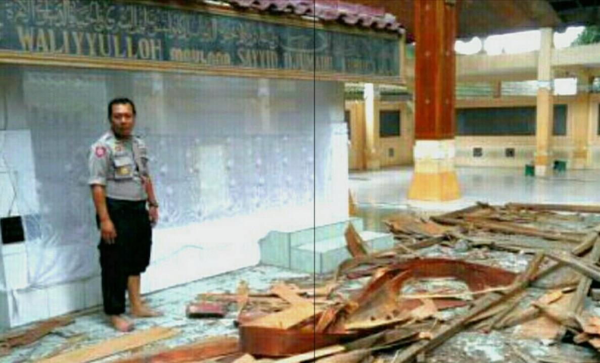 Atap Makam Troloyo Ambrol Diterjang Angin 2 Peziarah Terluka Mojokerto