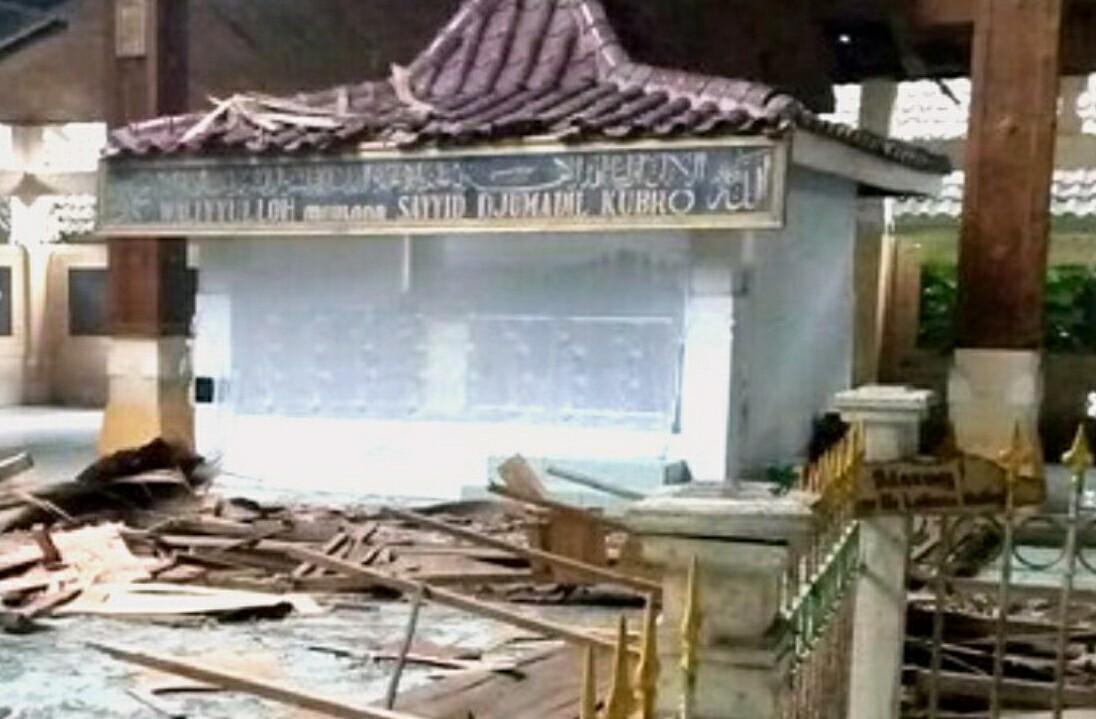 Atap Makam Troloyo Ambrol Diterjang Angin 2 Peziarah Terluka Penampakan