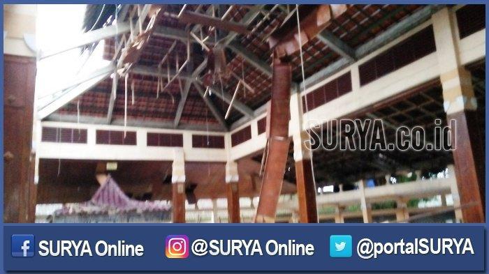 Atap Makam Troloyo Mojokerto Runtuh Tujuh Pengunjung Terluka Kab
