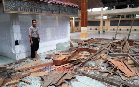 Mojokerto Ri Informasi Sekitar Makam Troloyo Trowulan Kondisi Atap Syekh