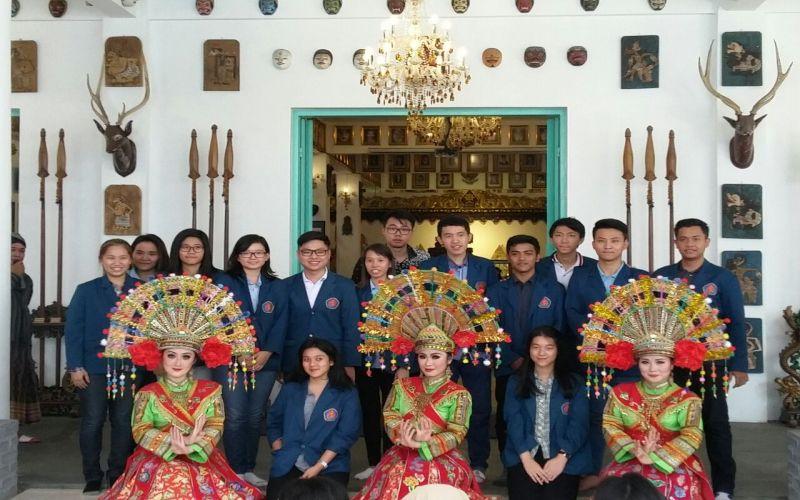 Museum Gubug Wayang Kunjungan Edukasi Mahasiswa Ubaya Sanggar Kab Mojokerto
