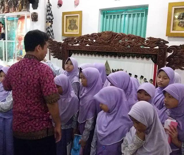 Posts Tagged Mojokertoberbudaya Picbear Salam Budaya Museum Gubug Wayang Mojokerto