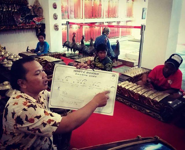 Posts Tagged Musiummojokerto Picbear Pelatihan Gamelan Karawitan Museum Gubug Wayang