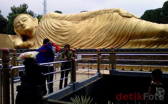 Roda Pengetahuan Patung Budha Tidur Mojokerto Pengunjung Berfoto Depan Tamam