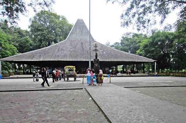 25 Tempat Wisata Mojokerto Wajib Dikunjungi Pendopo Agung Trowulan Taman