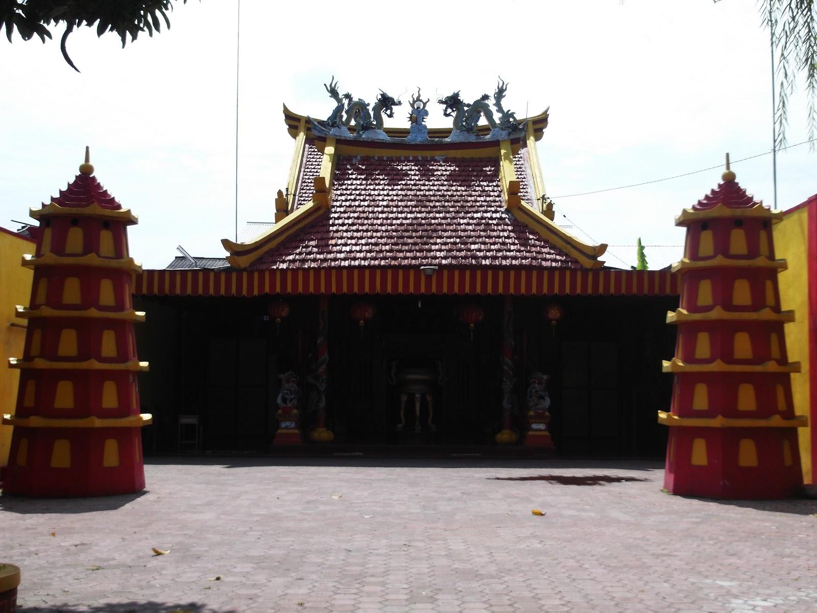 Klenteng Hok Yoe Kiong Sukomoro Kekunaan Setelah Melintas Halaman Pengunjung