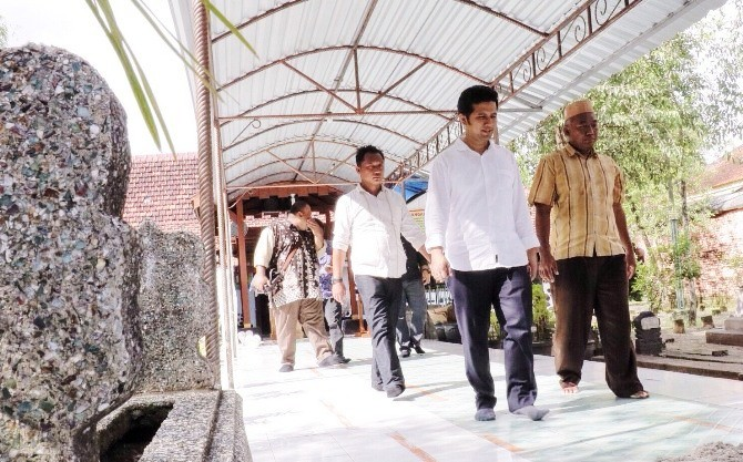 Emil Dardak Ziarah Makam Kanjeng Jimat Hormati Pejuang Kemeja Putih