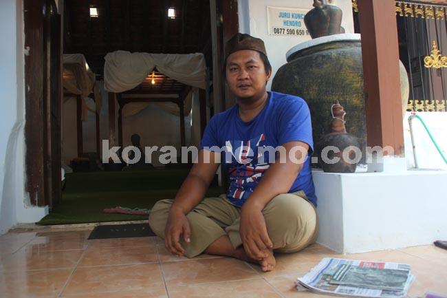 Hendro Prayitno Kuncen Makam Kanjeng Jimat Koranmemo Juru Kunci Kurniawan