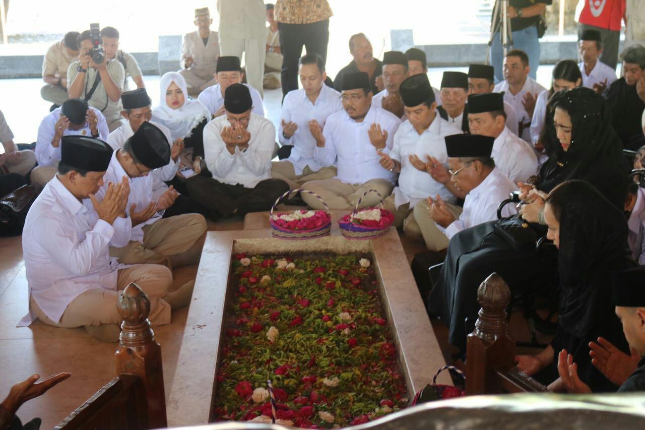 Prabowo Ziarah Makam Bung Karno Jumatan Masjid Kanjeng Jimat Bupati