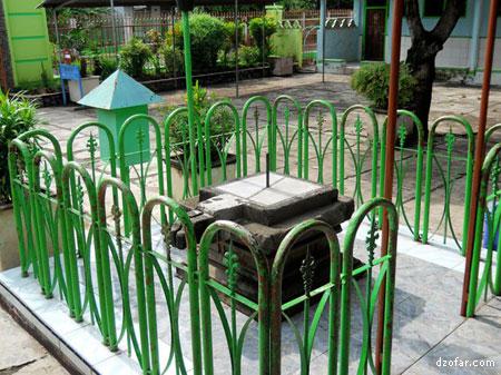 Wisata Rohani Makam Kyai Kanjeng Jimat Vectoria Jenaka Jam Matahari