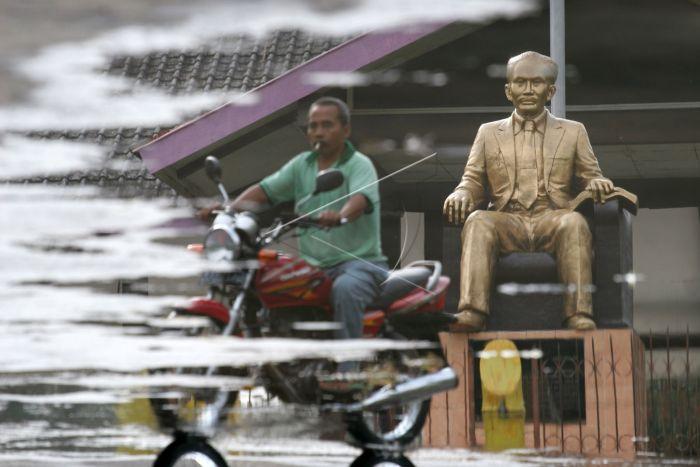 Monumen Dr Soetomo Terbengkalai Antara Foto Refleksi Warga Melintas Depan